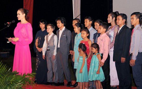 Джоли в платье в пол цвета фуксии с вырезом на спине