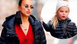 Рождественский настрой: Ирина Шейк в красном кардигане на прогулке с дочерью Леей